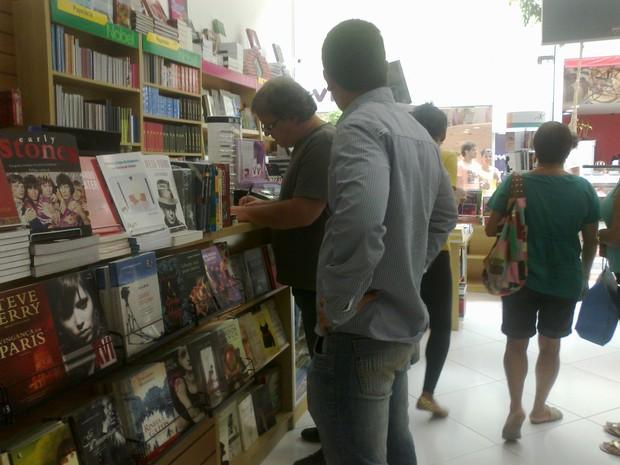Oficial de justiça aguarda dono da loja Nobel Macaé assinar mandado de intimação (Foto: Carolina Burgos/G1)