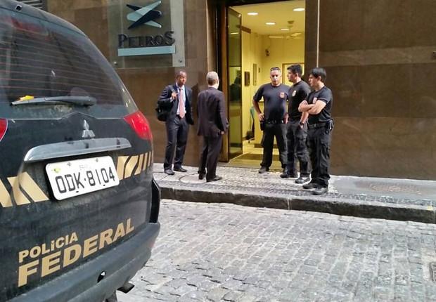 Agentes da Polícia Federal realizam buscas durante Operação Greenfield (Foto: Divulgação)