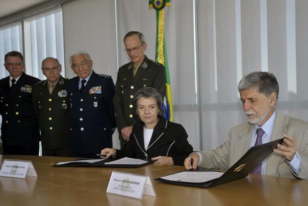 Ao lado de comandantes das Forças Armadas, presidente do TSE, Cármen Lúcia, e ministro da Defesa, Celso Amorim, selam acordo para segurança nas eleições (Foto: Cármen Lúcia ; Celso Amorim)