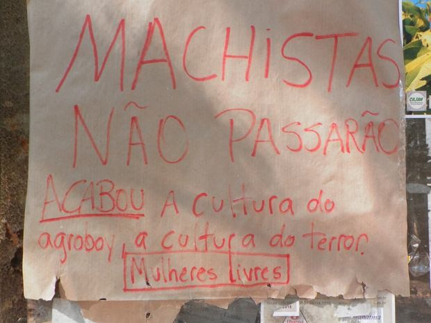 Cartaz feito em repúdio a ação discriminatória na Esalq Piracicaba (Foto: Claudia Assencio/G1)