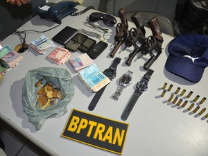 Polícia recuperou dinheiro e pertences levados por assaltantes de agência dos Correios, em João Pessoa (Foto: Walter Paparazzo/G1)