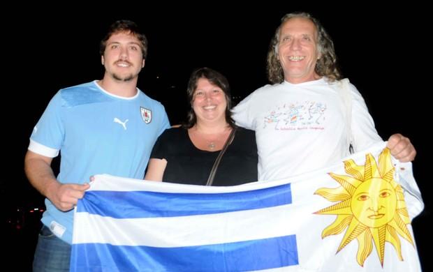 Torcedores chegada uruguai (Foto: Aldo Carneiro/Pernambuco Press)