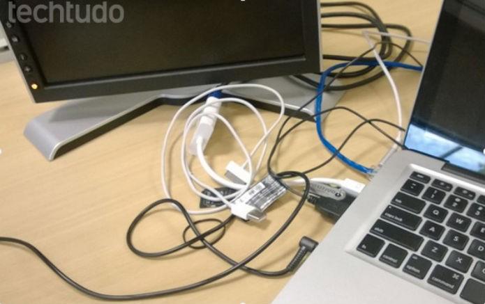 Mesas cheias de fio assim deixarão de ser realidade em breve, se depender da Intel (Foto: TechTudo)