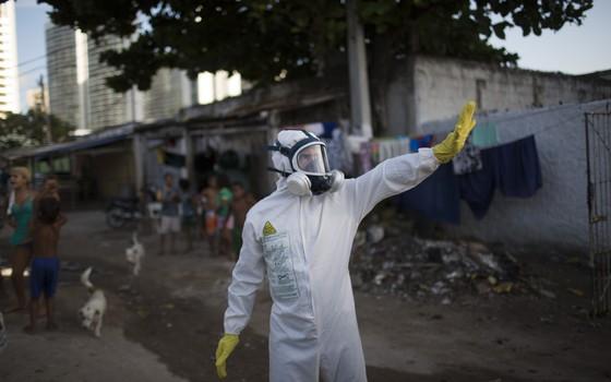 Agente sanitário em Recife, Pernambuco, trabalha na prevenção contra o mosquito Aedes aegypti, transmissor da dengue e do zika vírus (Foto: Felipe Dana/AP)