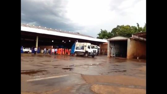 Trabalhadores que fazem coleta de lixo entram em greve em Foz do Iguaçu