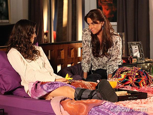 Clara visita Marina para saber o que aconteceu mais cedo (Foto: Carol Caminha / TV Globo)