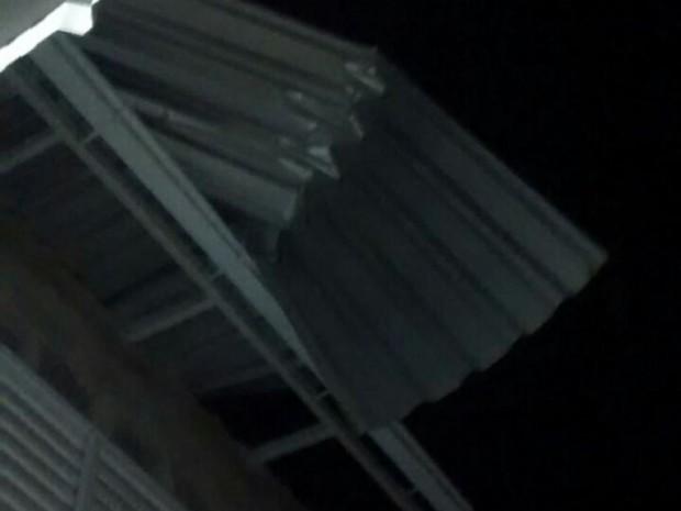Telhado de casa foi arrancado pelo vento em Tubarão (Foto: Defesa Civil de SC/Divulgação)