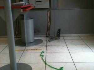 Ladrões usaram maçarico para cortar o caixa (Foto: Dayanne Rodrigues/RBS TV)