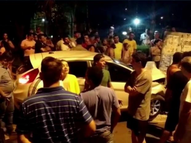 Homem é preso após bater em carro durante perseguição policial em Goiânia, Goiás (Foto: Reprodução/TV Anhanguera)