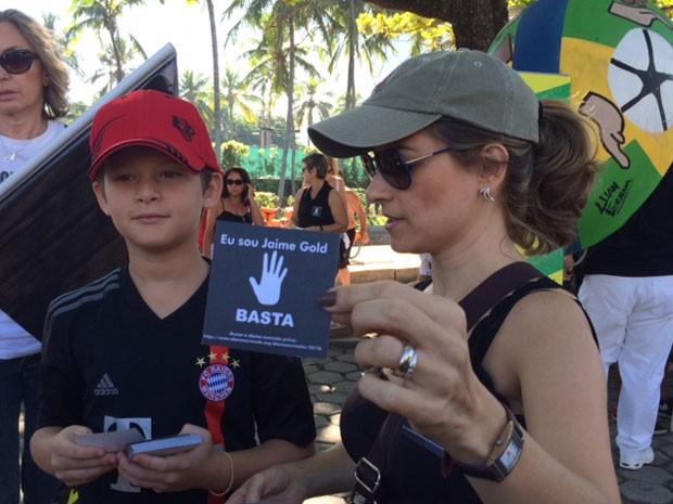 """Panfleto distribuído em protesto pede um """"basta da violência"""" (Foto: Matheus Rodrigues/G1)"""