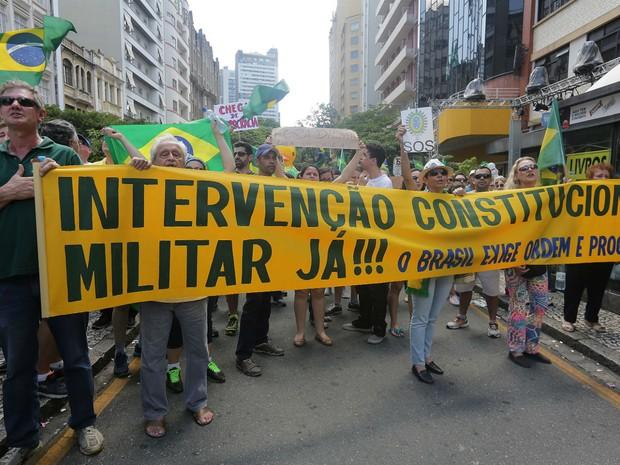 Faixa em protesto de Curitiba pedia intervenção militar (Foto: Giuliano Gomes/PR PRESS)