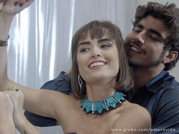 Patrícia e Michel se divertem no provador da loja (Foto: Amor à Vida/TV Globo)