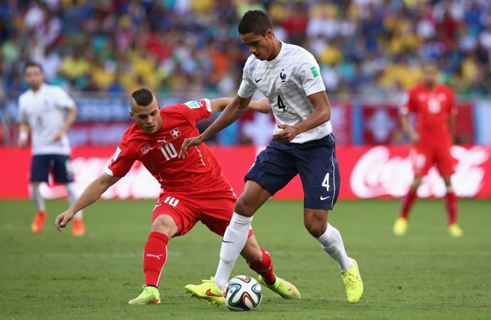 Zagueiro francês Varane controla bola à frente do suíço Granit Xhaka (Foto: Agência Getty Images)