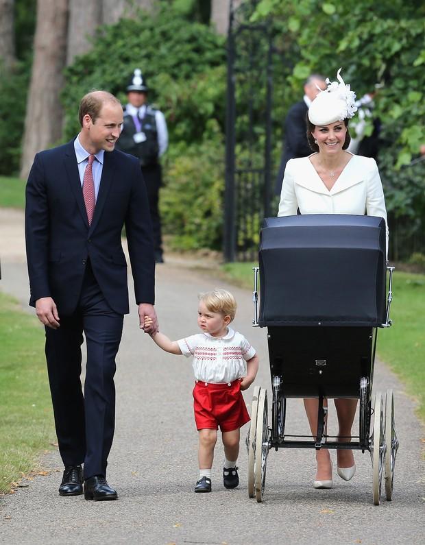 Batizado da Princesa Charlotte - Príncipe, George,  Kate Middleton e Charlotte (Foto: AFP)