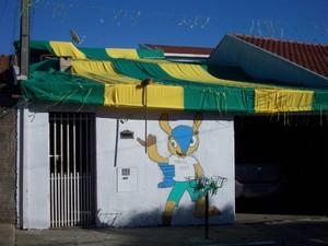 Além de bandeira, casa tem fachada decorada com o mascote da Copa (Foto: Marli Sebastião/ VC no G1)
