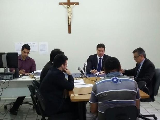 Depoimentos estão sendo acompanhados pelo juiz e dois promotores (Foto: Ellyo Teixeira/G1)