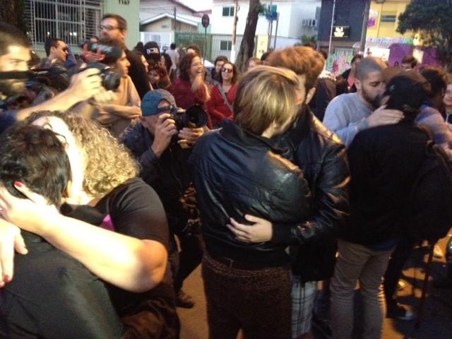 Grupo realizou beijaço em frente ao prédio do presidenciável Levy Fidelix (PRTB) (Foto: Paula Paiva Paulo/G1)
