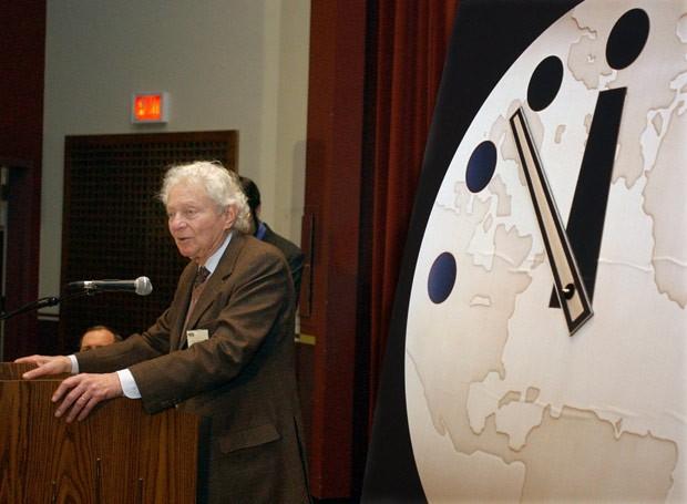 Leon M. Lederman, de 92 anos, decidiu leiloar seu prêmio Nobel de 1988 (Foto: Aynsley Floyd/AP)