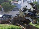Caminhão desgovernado que destruiu casa em Araçariguama é removido