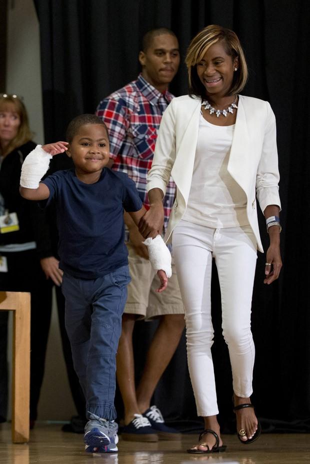 Zion Harvey chega a coletiva de imprensa com sua mãe Pattie Ray nesta terça-feira (Foto:  AP Photo/Matt Rourke)