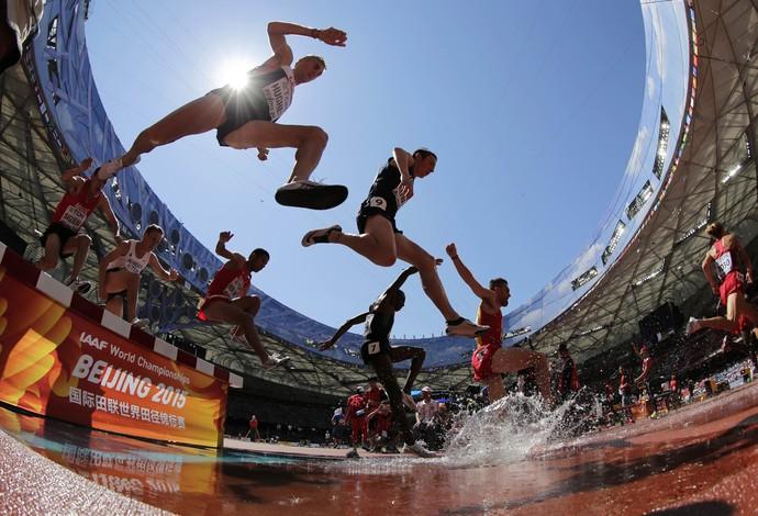 Fosso é atração da prova dos 3.000m com obstáculos (Foto: AP)