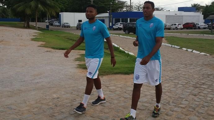 Rayro e Alex Henrique, jogadores do CSA (Foto: Augusto Oliveira/GloboEsporte.com)