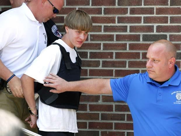 Polícia transfere o suspeito de ser o atirador de igraja de Charleston, Dylann Roof, de 21 anos, a uma corte em Shelby, na Carolina do Norte (Foto: REUTERS/Jason Miczek)