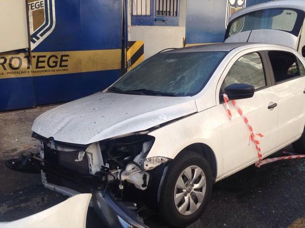 Carro foi alvo de tiros em frente à sede da Protege em Santo André (Foto: Glauco Araújo/G1)