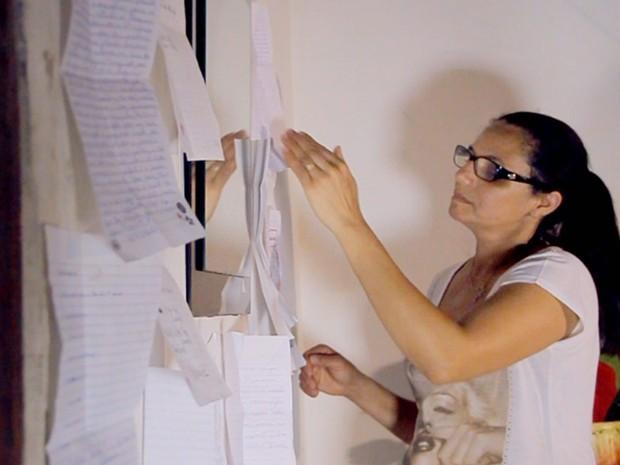 Raquel com as cartas que recebe em Rio Preto (Foto: Reprodução/TV TEM)