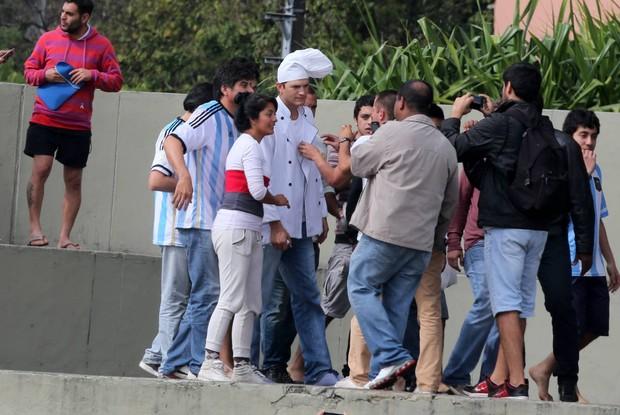 Ashton Kutcher se veste de cozinheiro e visita argentinos no Rio