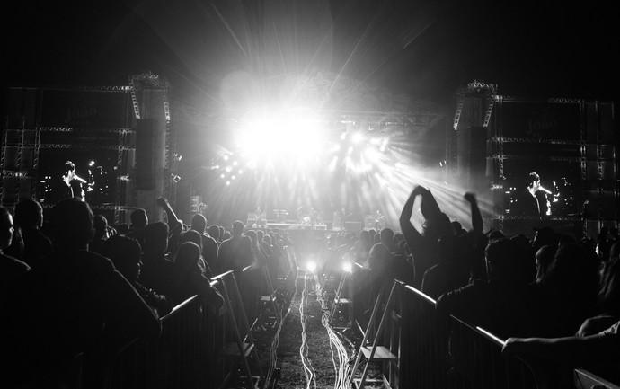 Público acompanha shows do palco 2002, que faz homenagem aos 15 anos do João Rock (Foto: Érico Andrade/Gshow)