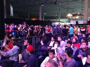 Como em um torneio de MMA, competidores passam no meio da torcida para ir ao palco da competição do X5 Mega Arena, em São Paulo (Foto: Gustavo Petró/G1)