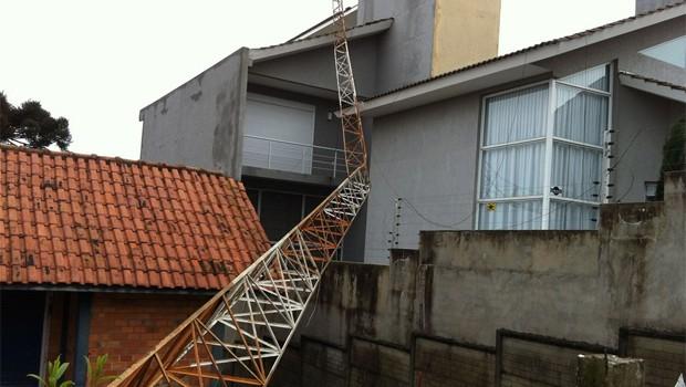 Antena de rádio caiu com a força do vento no bairro Santa Cruz, em Guarapuava  (Foto: Gilmar Correa/RPC)
