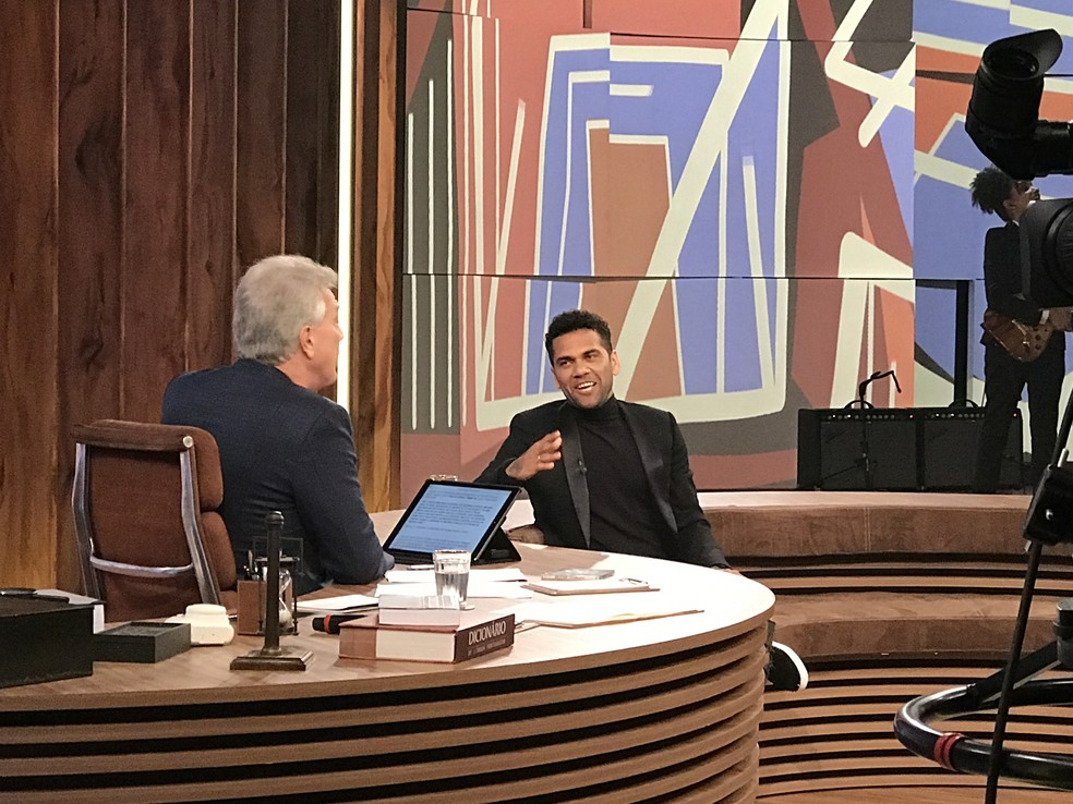 Daniel Alves se soltou no palco do 'Conversa' (Foto: Aline Nunes/Gshow)