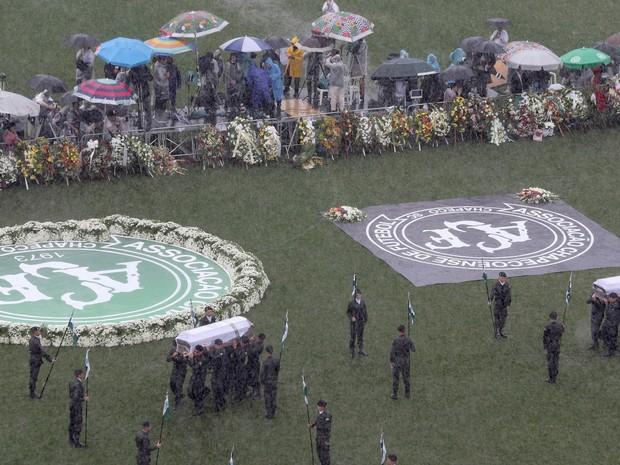 Vítimas são homenageadas na Arena Condá (Foto: Paulo Whitaker/Reuters)