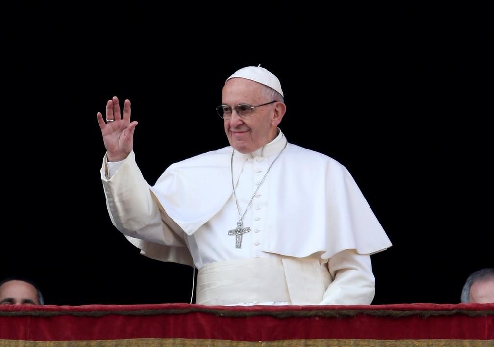 Papa Franciso no domingo (25) na varanda da Basílica de Saõ Pedro, no Vaticano (Foto: REUTERS/Alessandro Bianchi)