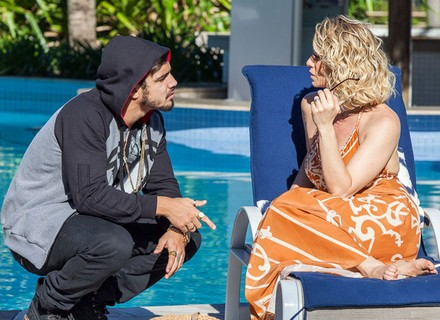 Grego surpreende Soraya na piscina: 'Sentiu muita saudade?'