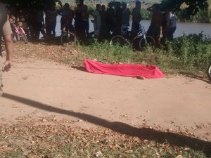 Na tarde desta quinta-feira (6), um jovem de apenas 18 anos foi morto a tiros em Valadares. (Foto: Diego Souza/G1)