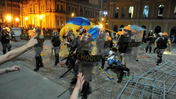 tatu-bola mascote derrubado porto alegre protesto copa (Foto  Bruno  Alencastro   Agência f34c0a6536f