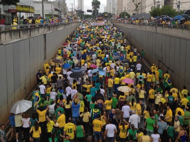 Manifestantes tomam a Avenida 85, em direção à sede da Polícia Federal, em Goiânia, Goiás (Foto: Sílvio Túlio/G1)