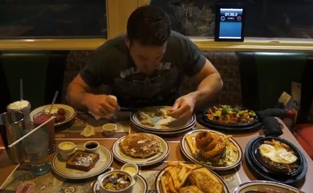 Americano devorou cardápio com 10 pratos em apenas 20 minutos (Foto: Reprodução)