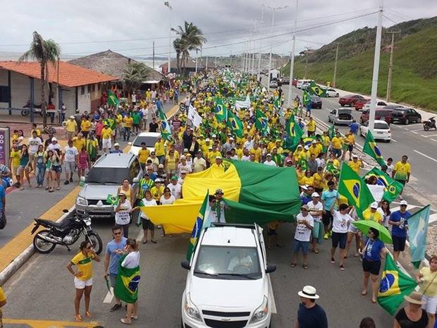 Manifestantes fizeram ato na Avenida Litorânea, em São Luís (Foto: Lucas Vieira/G1)