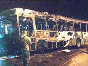 Ônibus foi incendiado no bairro João Paulo (Foto: Reprodução/RBS TV)