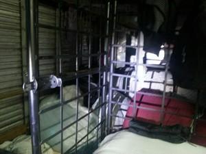 Alojamentos dos trabalhadores ficavam dentro do caminhão em Lajeado, RS (Foto: Reprodução/RBS TV)