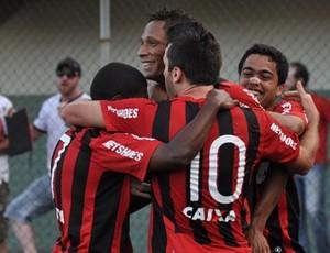 Jogadores do Atlético-Pr comemoram vitória sobre o Criciúma (Foto: Gustavo Oliveira/Site oficial do Atlético-PR)