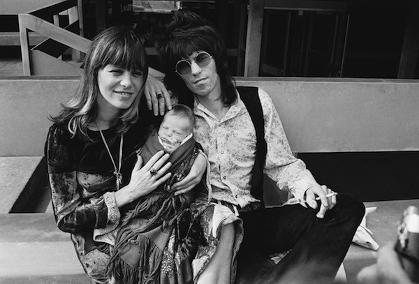 Anita Pallenberg ao lado de Keith Richards e um dos filhos dos dois (Foto: Getty Images)