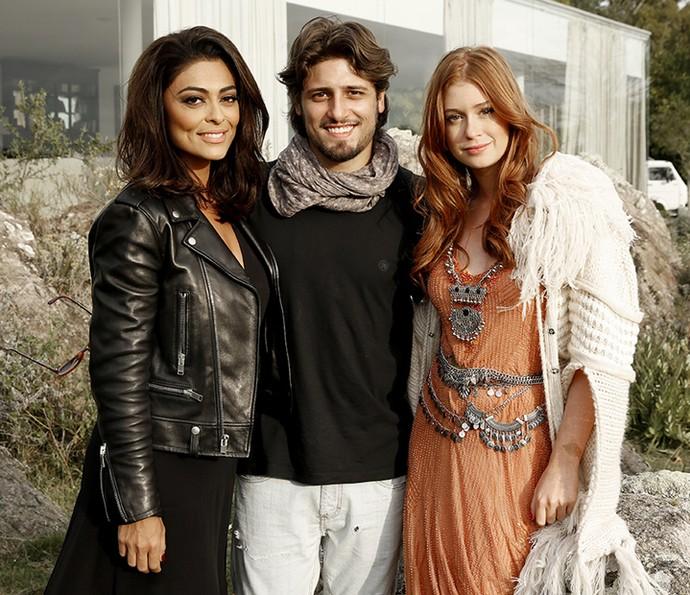 Juliana Paes, Daniel Rocha e Marina Ruy Barbosa posam durante o intervalo das gravações de 'Totalmente Demais' (Foto: Chico Couto/Gshow)
