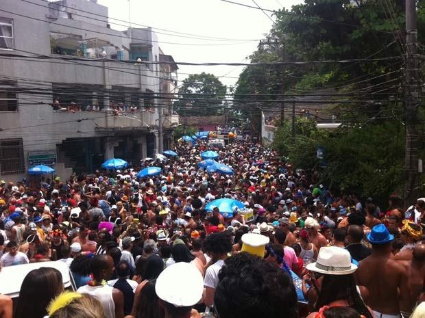 Uma multidão lota a rua estreita de Santa Teresa para acompanhar o Carmelitas (Foto: Diogo Bessa/G1)