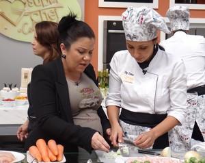 Dig Dutra cozinha sob o olhar da chef Ludimila Soeiro (Foto: Mais Você / TV Globo)
