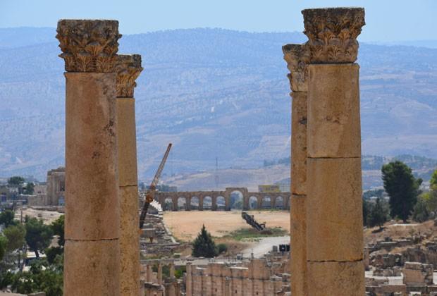 O Aco de Adriano, primeira construção do lado de fora da cidade, visto entre arcos dentro das ruínas (Foto: Juliana Cardilli/G1)